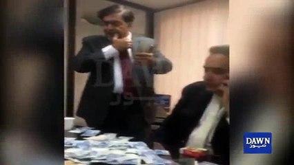 PIA ne Sales ke lakhon rupay afsaran par luta diya - Viral video dekhya