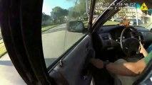 Ce chauffard prend la fuite avec le policier accroché à la portière... Fou