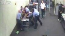 Cet avocat se fait casser l'épaule par des policiers en entrant dans le commissariat