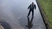 Il traverse la route... et tombe à travers la glace dans une rivière !
