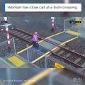 Elle traverse une voie ferrée sans regarder et se fait froler par un train... Chaud