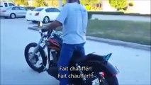Un biker débile tente un burnout et se rate complètement