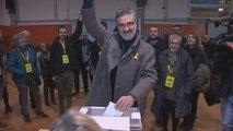 Carles Riera vota en la escuela Pere IV de Barcelona
