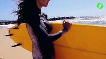 des jolies filles font du body painting à la plage !