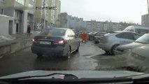 Ces jeunes russes tentent d'intimider un automobiliste mais vont tomber sur le mauvais gars... Pas commode du tout