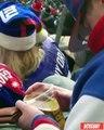 Un supporter bourré confond sa bière avec son portefeuille