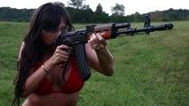 Elle tire à la mitrailleuse légèrement couverte...