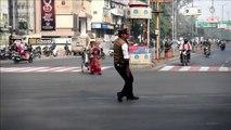 """Inde : un policier-danseur régule la circulation grâce au """"Moonwalk"""" de Michael Jackson"""