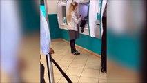 Regardez ce qu'elle va perdre au distributeur de billets... La honte