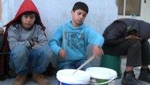 Taksim'de yoğurt kabıyla müzik yapan çocuğa vatandaşlardan yoğun ilgi