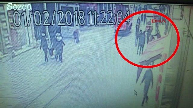 İstiklal Caddesi'nde kadının başına tahta düşme anı kamerada