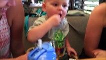 Ce bébé déteste les cranberrys mais il continu à en manger quand même... Adorable