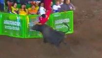Un pauvre homme se fait charger 2 fois de suite par un taureau pendant une corrida !