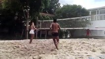Ronaldinho'nun güzel arkadaşı plajda hünerlerini gösterdi!