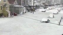 Une rue se retrouve gelée après une inondation
