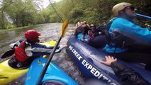 Ivres ces 2 soeurs se prennent la tête en rafting en pleine descente sur les canots !