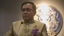 Primer ministro de Tailandia deja una copia suya para las preguntas espinosas