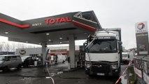 A Nimy un camion soulève le toit de la station essence.Vidéo Eric Ghislain