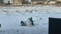 Il aide sa soeur et lui fait manger la neige par la tête !! Joli bonhomme de neige !