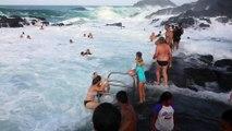Des vagues géantes viennent balayer des touristes dans cette piscine naturelle de Kiama (australie)