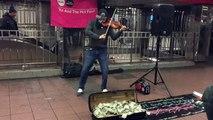 Ce musicien se fait plein d'argent dans le métro de New York !!! Le tas de billets est impressionnant !