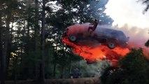 Il fait un saut incroyable avec sa voiture en feu au dessus d'un lac... Cascade incroyable