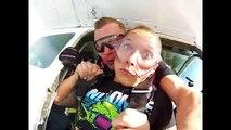 Elle perd son dentier pendant un saut en parachute.. Oups