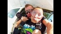 Une femme perd son dentier pendant un saut en parachute