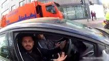 Un motard se prend la tête avec un automobiliste et ses passagers