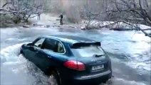 Il tente de traverser une riviere avec son Porsche Cayenne... Très mauvaise idée