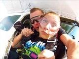 Elle perd son dentier en plein saut en parachute