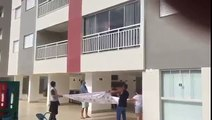 Sauvetage d'un chien suspendu à un balcon
