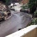 Leur voiture se fait emporter par de la boue