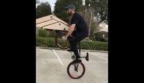 Il roule en Vélo BMX... Assis sur l'axe du guidon à la verticale !