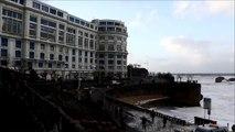 Biarritz : une tempête de mousse recouvre la grande plage