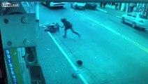 2 jeunes en scooter se prennent une gamelle énorme en essayant d'échapper à la police