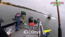 Un hors-bord fonce droit sur un bateau de pêche et le détruit