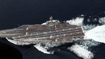 Un porte avion lancé à pleine vitesse réalise des manoeuvres d'évitement de torpilles