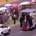 L'image forte du Pape qui fait arrêter sa papamobile et descend pour porter secours à une policière qui vient de chuter