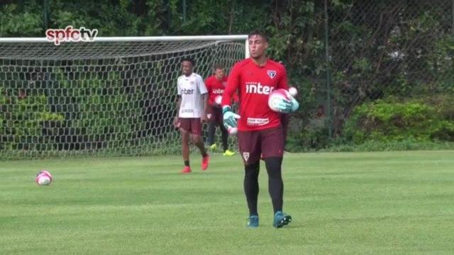 Goleiro Jean marca belo gol de falta em treino do São Paulo