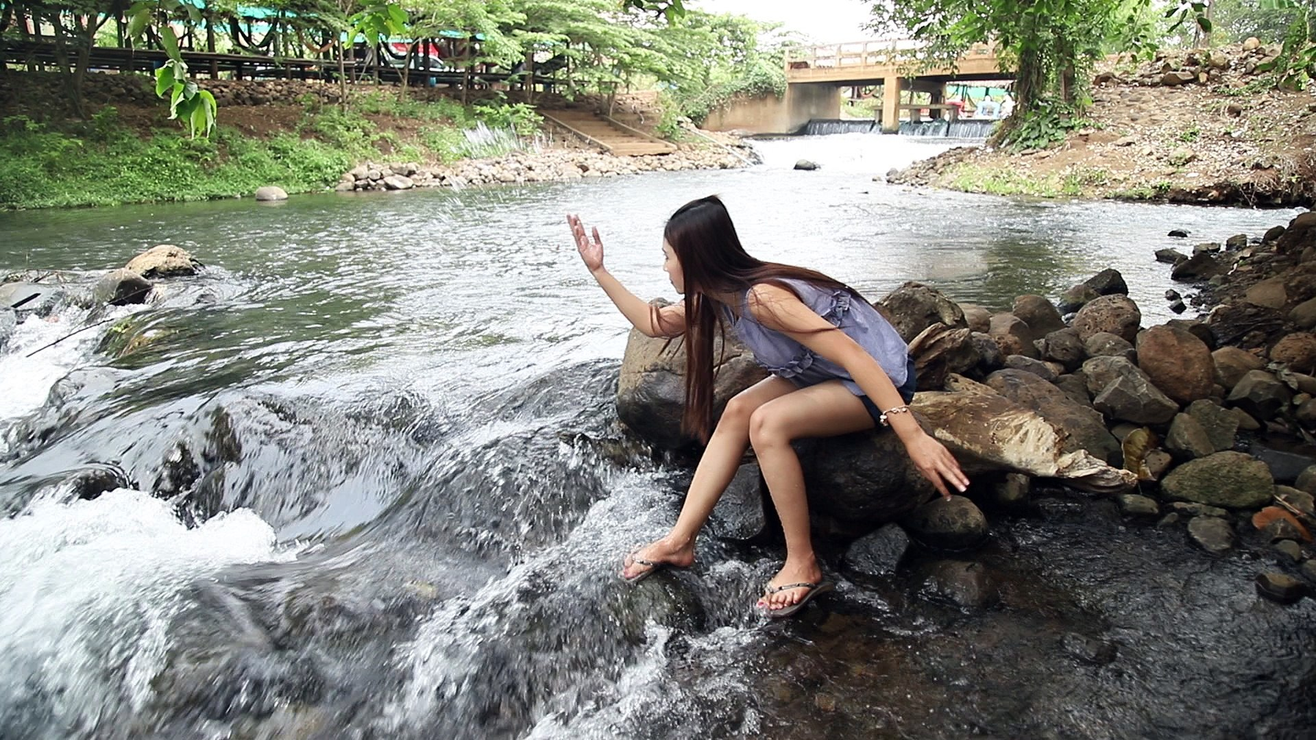 Beautiful girl to play beautiful natural water