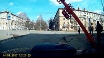 Un piéton essaie de réparer le faux contact du feu rouge et c'est le drame