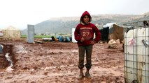 Des camps de déplacés syriens inondés à Idleb et au Liban
