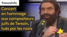 """Concert en hommage aux compositeurs juifs de Terezín, tués par les nazis : """"Pendant une heure et demie qu'on soit tous avec ces musiciens"""", demande le présentateur de l'événement, Marek Halter, en posant une étoile jaune sur le revers de sa veste"""