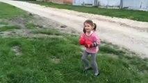 Cette petite fille n'aime pas qu'on lui marche sur les pieds! Bim
