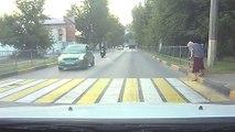 Un motard percute à pleine vitesse l'arrière d'une voiture