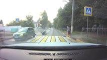 Un motard se prend une voiture à pleine vitesse... Douloureux