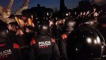 Es manté la tensió entre els agents dels Mossos i els manifestants