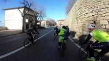 Un prêtre fait la course avec des cyclistes