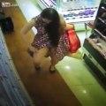 Elle vient se parfumer au supermarché... Et elle n'oublie pas le plus important... Hop la culotte